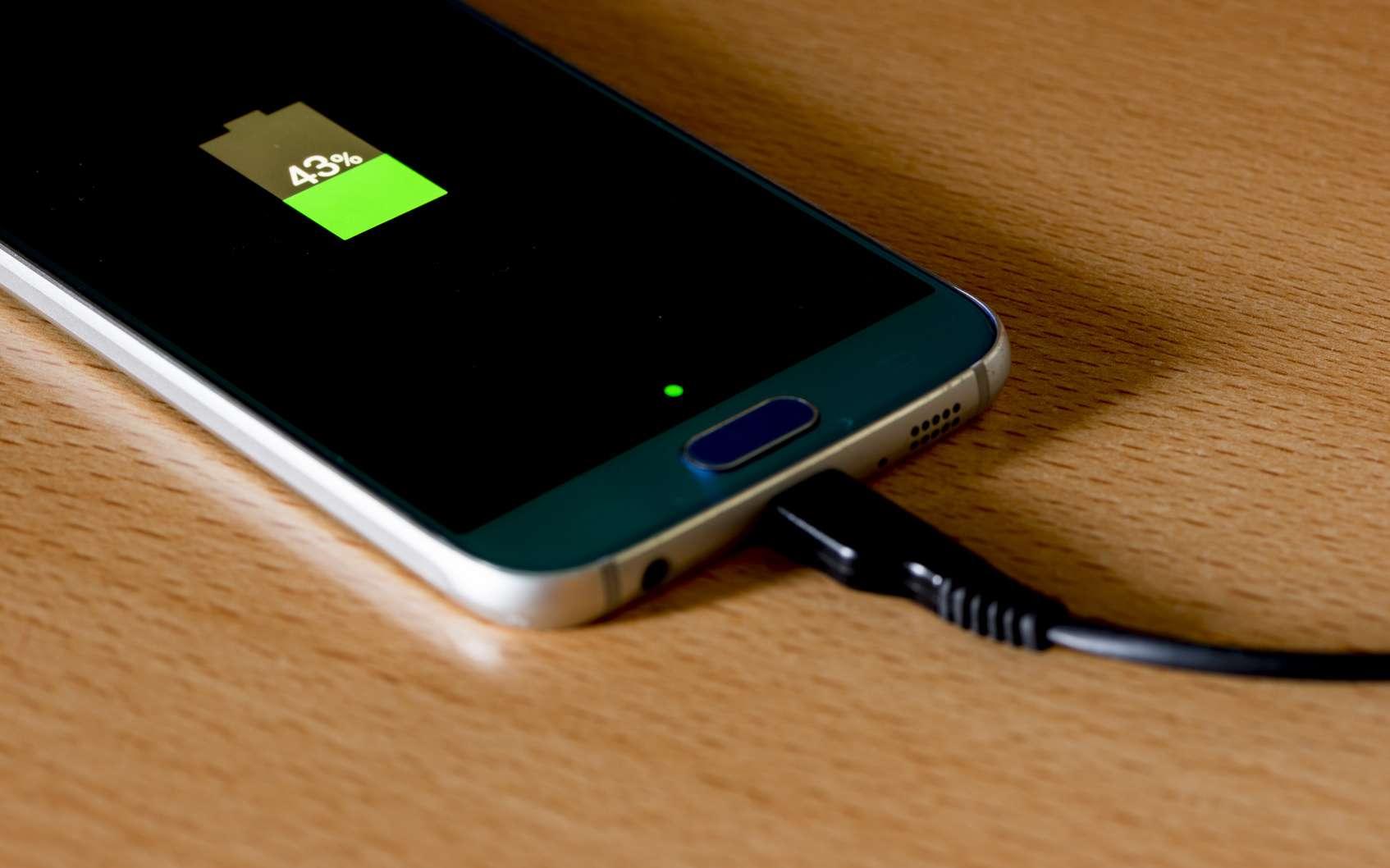 voici pourquoi il ne faut jamais laisser charger son smartphone sur son lit