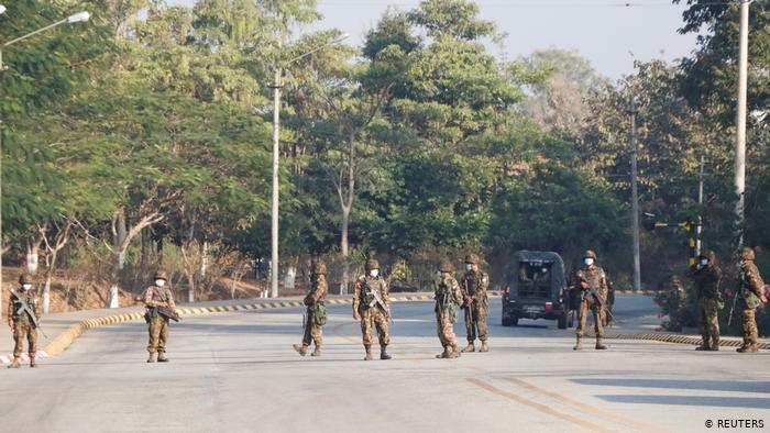 Facebook bannit les militaires birmans de ses plates-formes presque un mois après le coup d'Etat