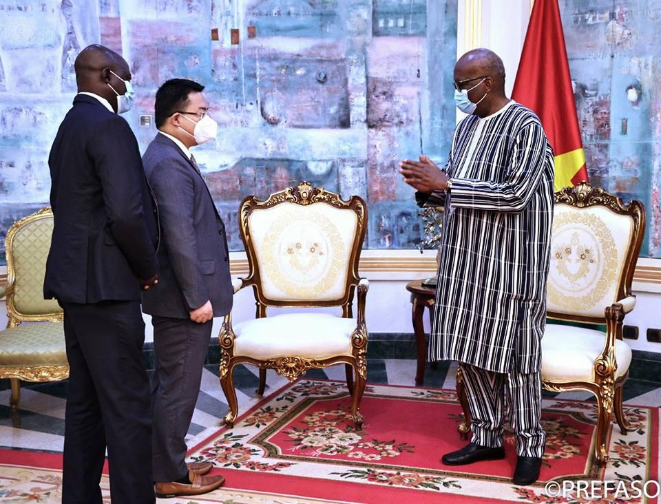 Transformation digitale : le chef de l'Etat et le président pour la région Afrique du Nord de Huawei échangent sur le projet Smart Burkina